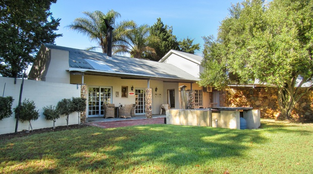 Bergsicht Cottages, Ruby Star Farm cottage, sleeps 4 persons, with indoor fire place, outdoor braai and outside wood fire heated hot tub