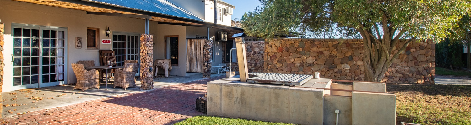 Bergsicht Farm Cottage, Ruby Star sleeps 4 persons, with a fireplace, braai and wood fire heated hot tub